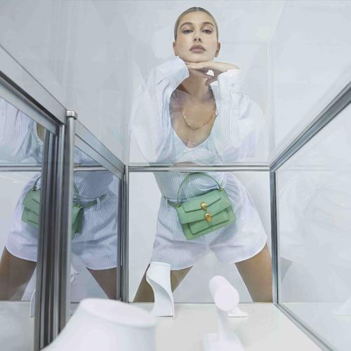 超模海莉·比伯 演繹寶格麗X亞歷山大王聯名手袋